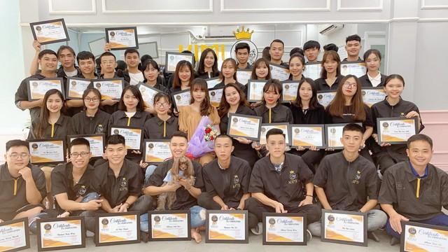 Buổi lễ trao bằng tốt nghiệp khóa học cắt tỉa lông thú cưng cùng giáo viên Nguyễn Thùy Linh