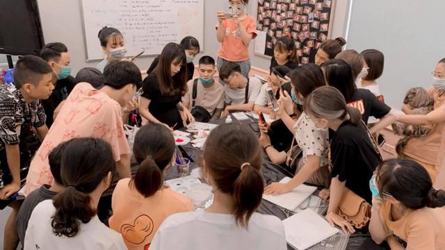 Giáo viên Thùy Linh Nguyễn trong buổi học thiết kế tạo kiểu